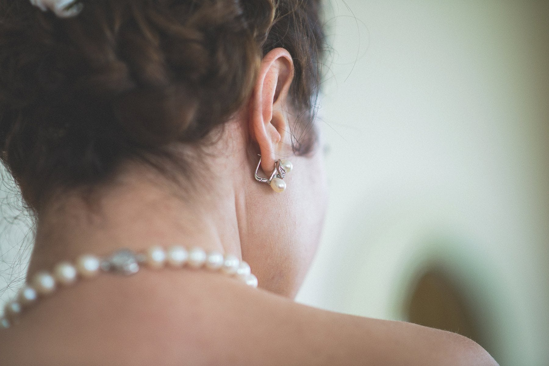 Bride's glamorous wedding pearls