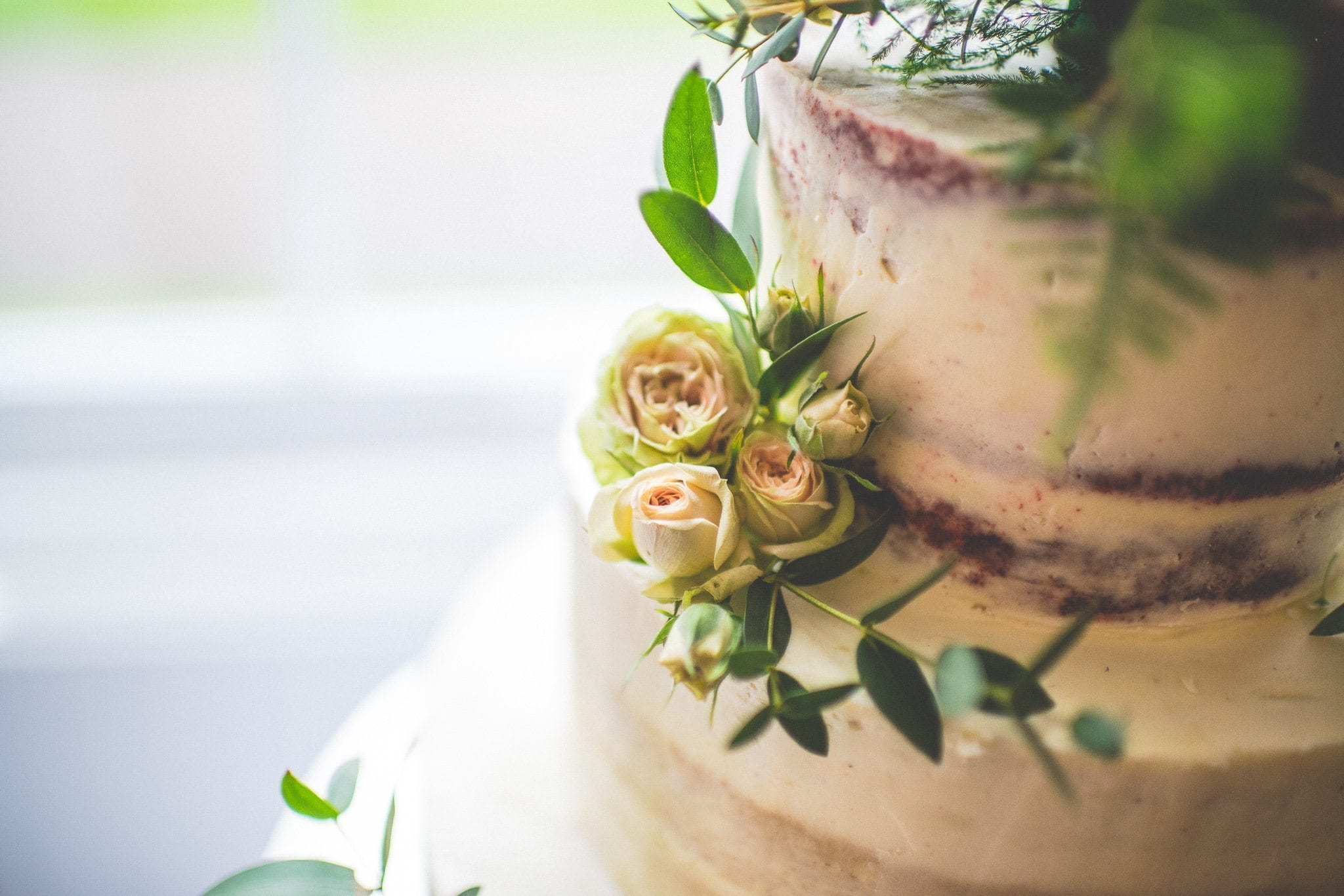 A close up of the rosebuds adorning the cake
