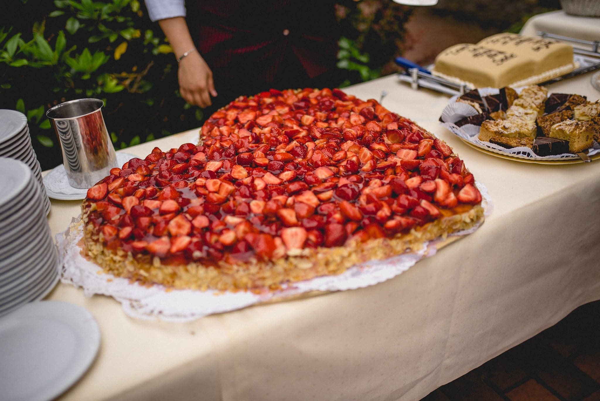 a huge strawberry wedding cake at a Destination Wedding in Germany | Maria Assia Photography